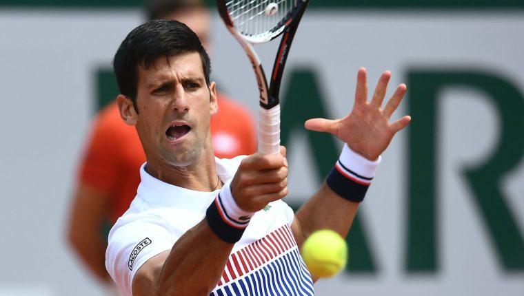 El serbio Novak Djokovic devuelve un servicio en el partido que le ganó al español Marcel Granollers. (Foto Prensa Libre: AFP)