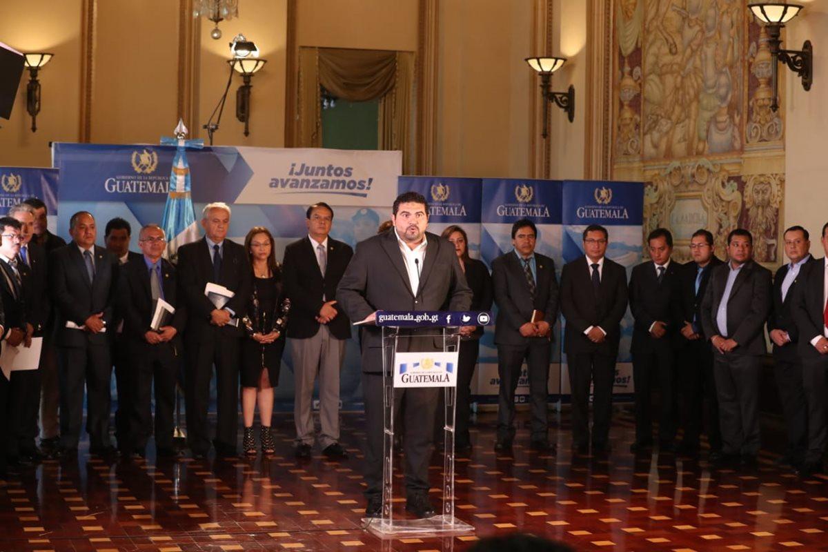 Érick Herrera, gobernador de Baja Verapaz, lee el comunicado de prensa firmado por los 22 gobernadores departamentales en apoyo al presidente Jimmy Morales. (Foto Prensa Libre: Esbin García)