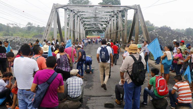 En uno de los puntos de Retalhuleu, decenas de personas impidieron el paso a cientos. (Foto Prensa Libre: Rolando Miranda)