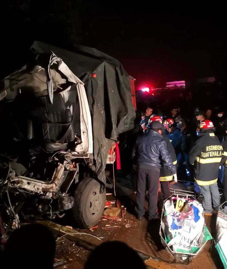Vecinos y familiares lamentaron la muerte de los tres jornaleros de San Juan La Laguna. (Foto Prensa Libre: Ángel Julajuj)