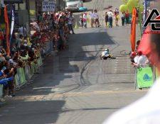 El pedalista sufrió una caída cuando ya iba a terminar la etapa. (Foto Prensa Libre: Antena Seis)