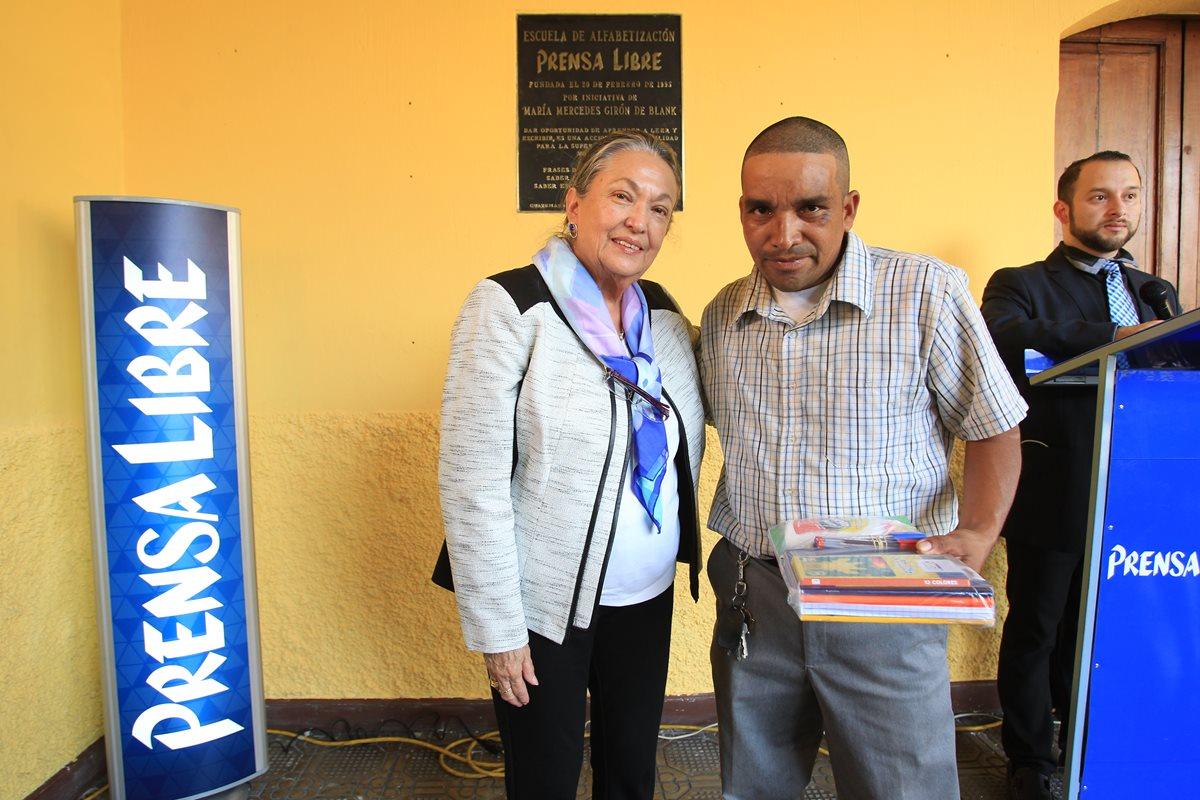 Los estudiantes recibieron bolsas escolares para emprender sus estudios en la escuelita ubicada en las instalaciones de Prensa Libre.(Foto Prensa Libre:Esbin García)