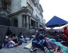 Centenares de maestros afiliados al STEG llegaron a la Plaza de la Constitución para exigir que se apruebe el pacto colectivo. (Foto HemerotecaPL)