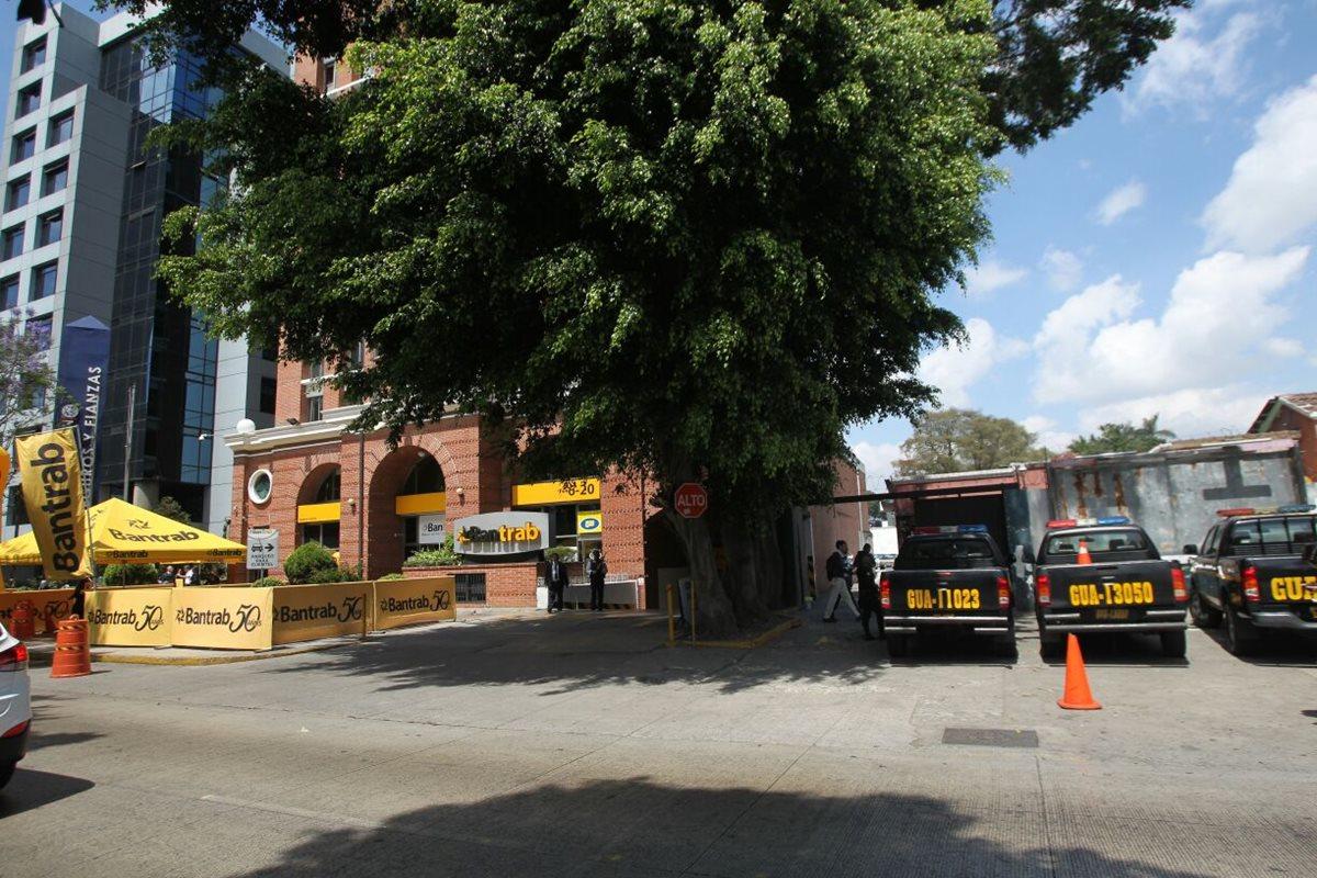 Fiscalía allana oficinas del Bantrab y recoge documentos por dudoso origen de fondos