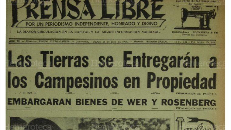 Portada de Prensa Libre del 13/7/1954 informando sobre el ofrecimiento de Castillo Armas de dar tierras a los campesinos. (Foto: Hemeroteca PL)