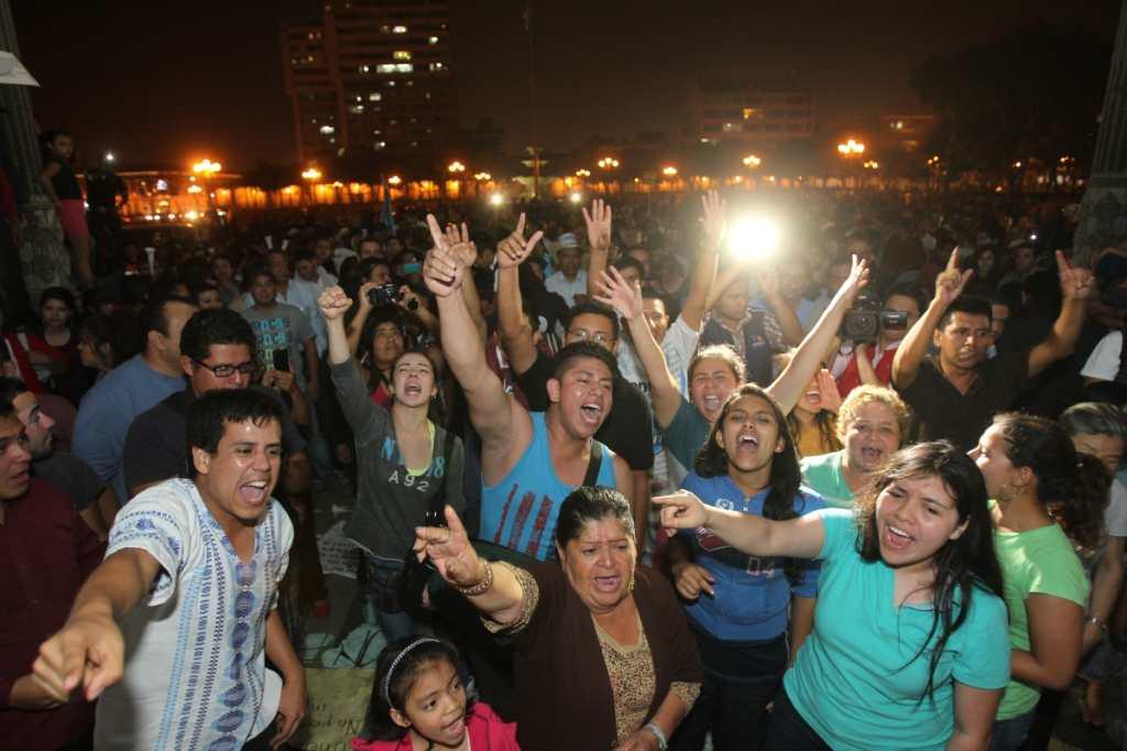 Los guatemaltecos celebraron la dimisión de Baldetti hasta la madrugada.