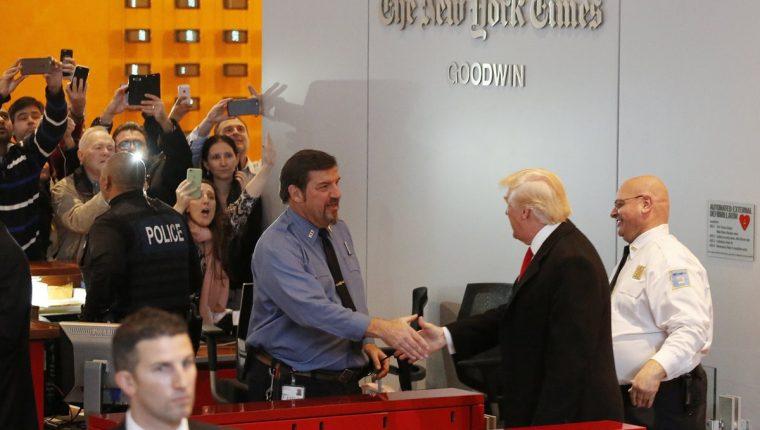 Donald Trump saluda a personal del diario New York Times al retirarse de las instalaciones. (Foto Prensa Libre: AP).