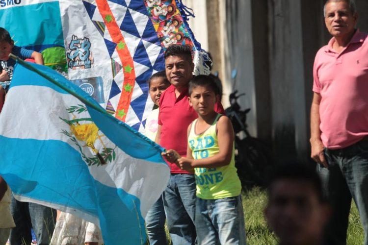 Un pequeño ondea la bandera de Guatemala en el recorrido de la tercera etapa. (Foto Prensa Libre: Carlos Vicente).