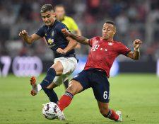 Andreas Pereira (i) y Thiago Alcántara (d) pelean un balón durante el partido de este domingo en Múnich. (Foto Prensa Libre: AFP)