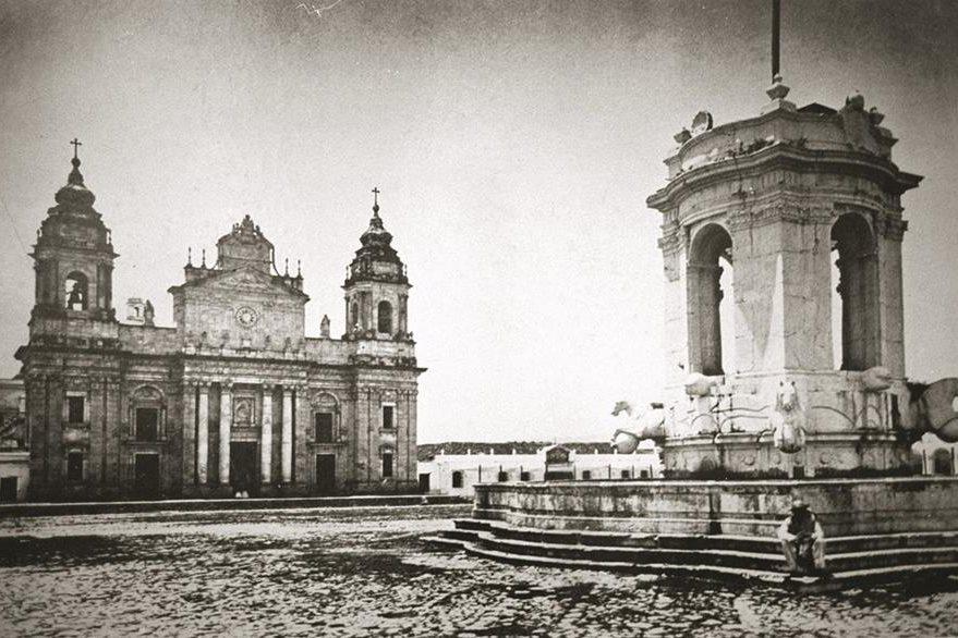 La fuente en honor del rey Carlos III fue instalada en la Plaza Mayor y se retiró en 1895. (Foto Prensa Libre: por Hemeroteca PL)