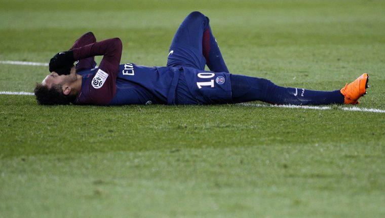 Neymar sufrió un esguince y una fisura en el pie derecho en el partido contra el Marsella. (Foto Prensa Libre: AFP)