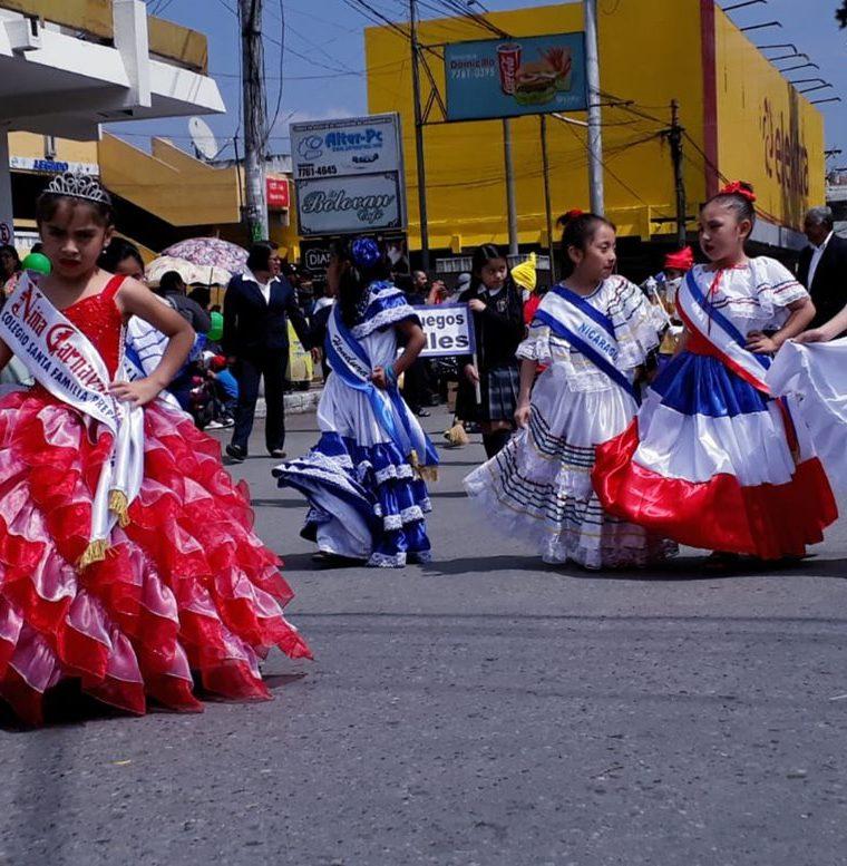 Colorido desfile salió del parque Benito Juárez y finalizó en el parque central de Xela. (Foto Prensa Libre: Cortesía Esaú Mazariegos)