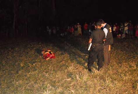 Autoridades recaban información acerca del crimen, en Nueva Concepción, Escuintla. (Foto Prensa Libre: Felipe Guzmán)