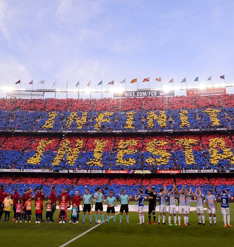 El impresionante mosaico que los aficionados del Barcelona mostraron para su ídolo Andrés Iniesta. (Foto Prensa Libre: AFP)