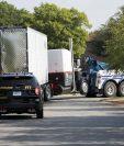 El conductor del tráiler en el que viajaban los migrantes dijo que no sabía que estos iban en el camión. (Foto Prensa Libre: EFE)