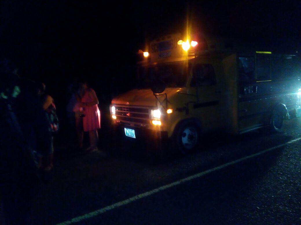 Este es uno de los vehículos en los que se transportaba el grupo de evangélicos. (Foto Prensa Libre: PNC)