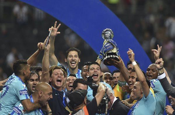 Los futbolistas del Pachuca levantan felices la copa del futbol méxicano (Foto Prensa Libre: AFP)