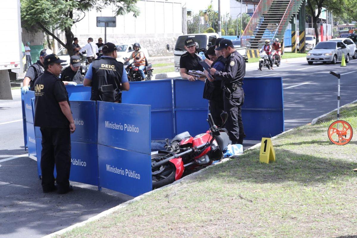 Fiscales recaban evidencias en el lugar donde quedó la moto con una persona fallecida. (Foto Prensa Libre: Érick Ávila)