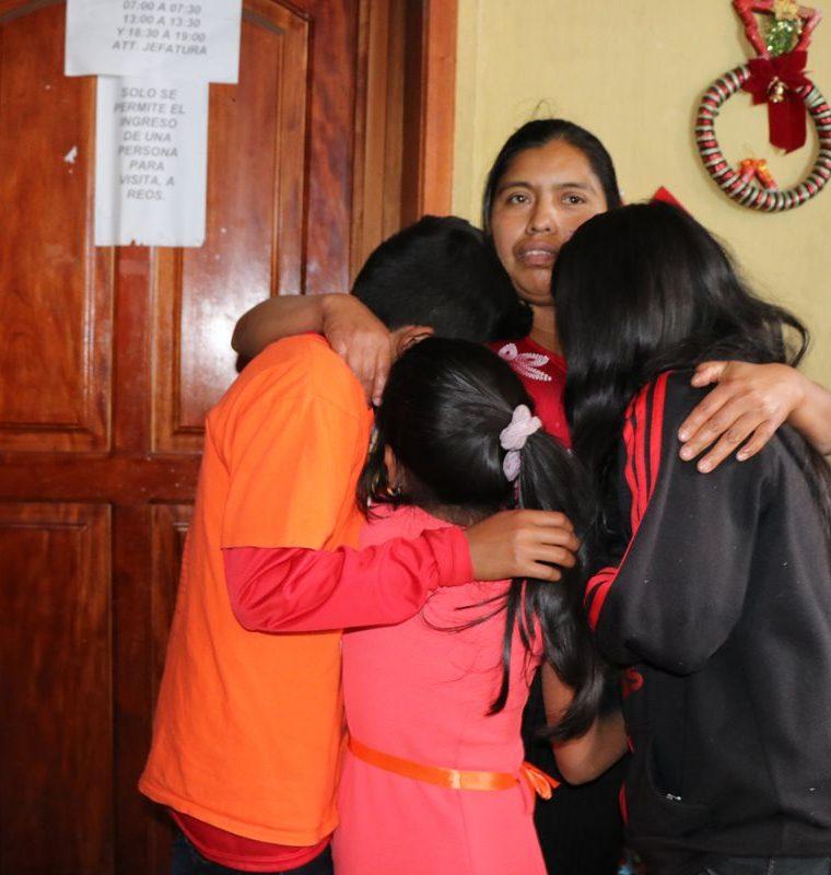 La familia se reunió después de varias horas en la sub estación de la Policía Nacional Civil en San Pedro Sacatepéquez, San Marcos. (Foto Prensa Libre: Whitmer Barrera)