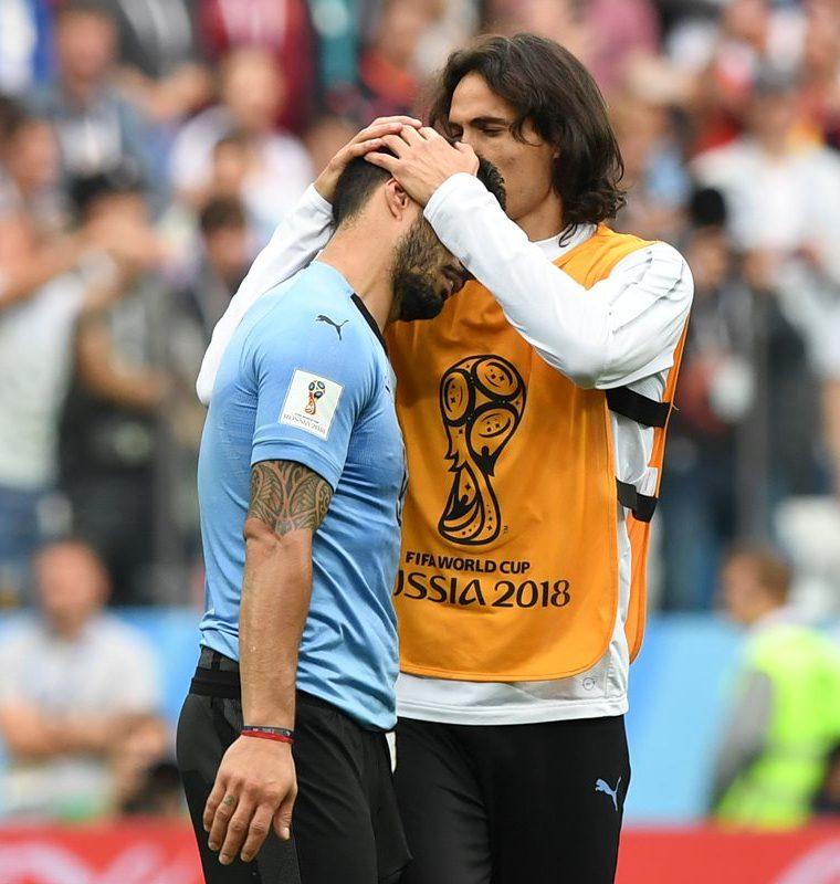 Edinson Cavani consuela a Luis Suárez, después de que Uruguay quedara eliminada ante Francia. (Foto Prensa Libre: AFP)