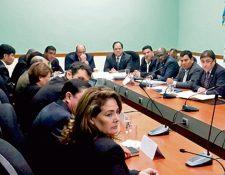 Sydney Samuels, ministro de Ambiente —tercero a la derecha de Orlando Blanco, al centro— en citación de la UNE. (Foto Prensa Libre: José Castro)