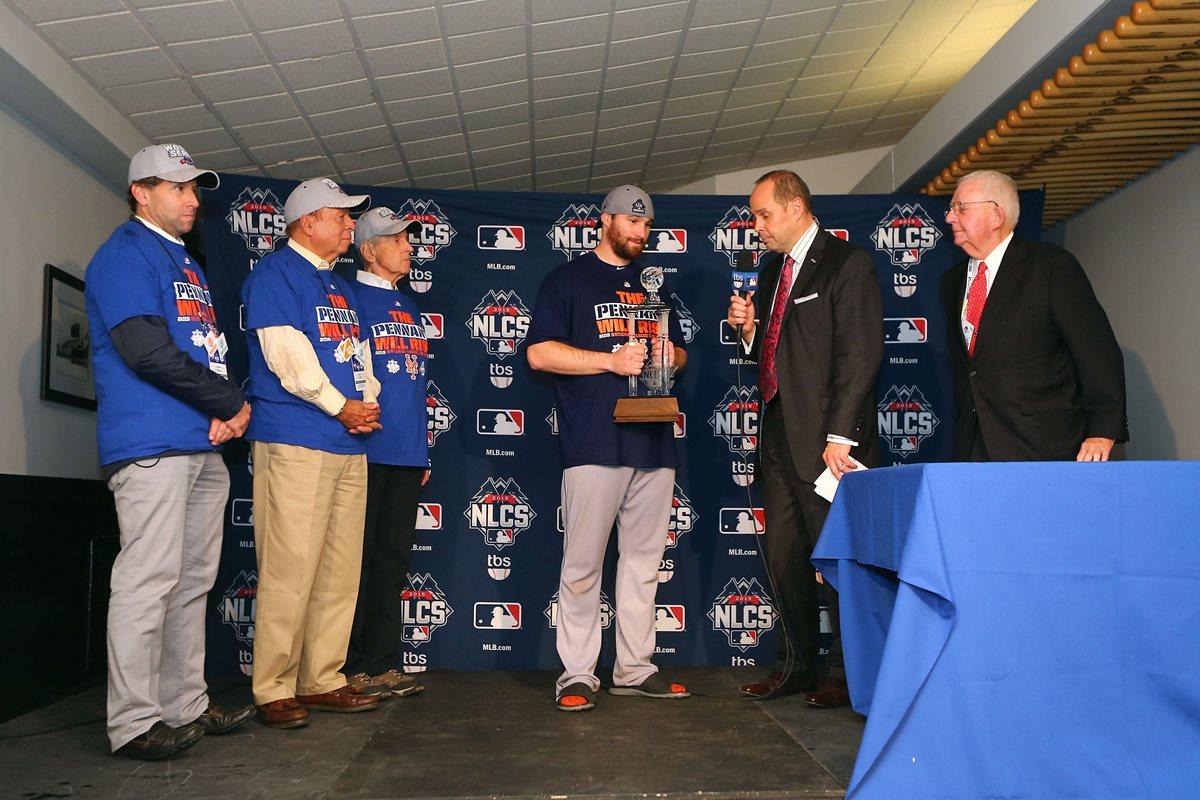 Daniel Murphy recibe el trofeo de Jugador Más Valioso del Campeonato de la Liga Nacional 2015. (Foto Prensa Libre: AFP)