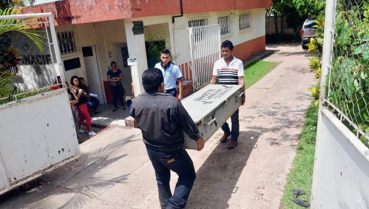 El cadáver de Bernabe Romero Alvizures es llevado a la morgue local, luego de que fuer muerto a balazos en Pueblo Nuevo Viñas, Santa Rosa. (Foto Prensa Libre: Oswaldo Cardona)