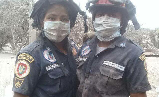 María Esperanza Álvarez (izquierda) se tomó una fotografía con una compañera de la estación, durante la emergencia que cubrieron en San Miguel Los Lotes. (Foto: Facebook)