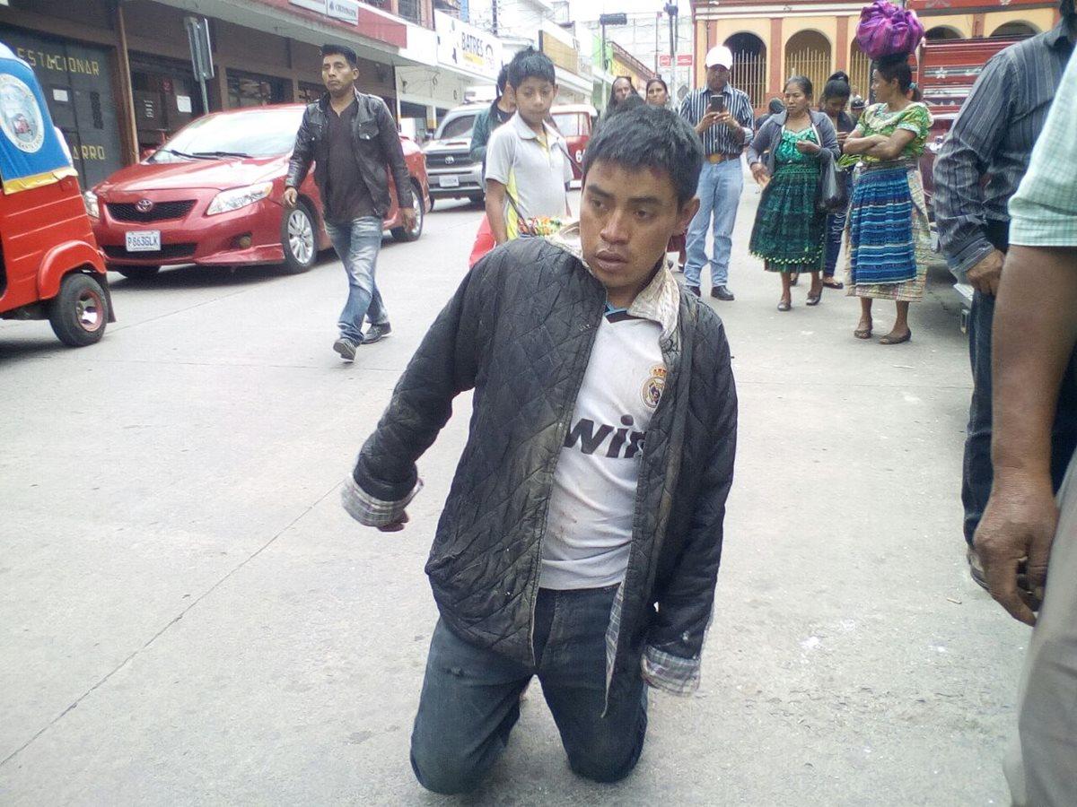 Esta es la segunda vez que pobladores detienen a Andrés Rosales Zapeta. (Foto Prensa Libre: Héctor Cordero)