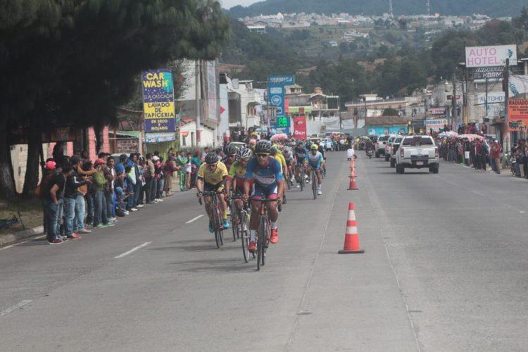 El equipo Decorabaños cuida a su líder Ajcapajá en la sexta etapa (Foto Prensa Libre: Norvin Mendoza).
