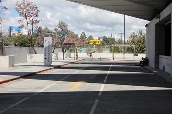 El parqueo ubicado en el tercer nivel se encuentra cerrado. La DGAC dijo  a los transportistas que no tienen presupuesto para contratar  personal.
