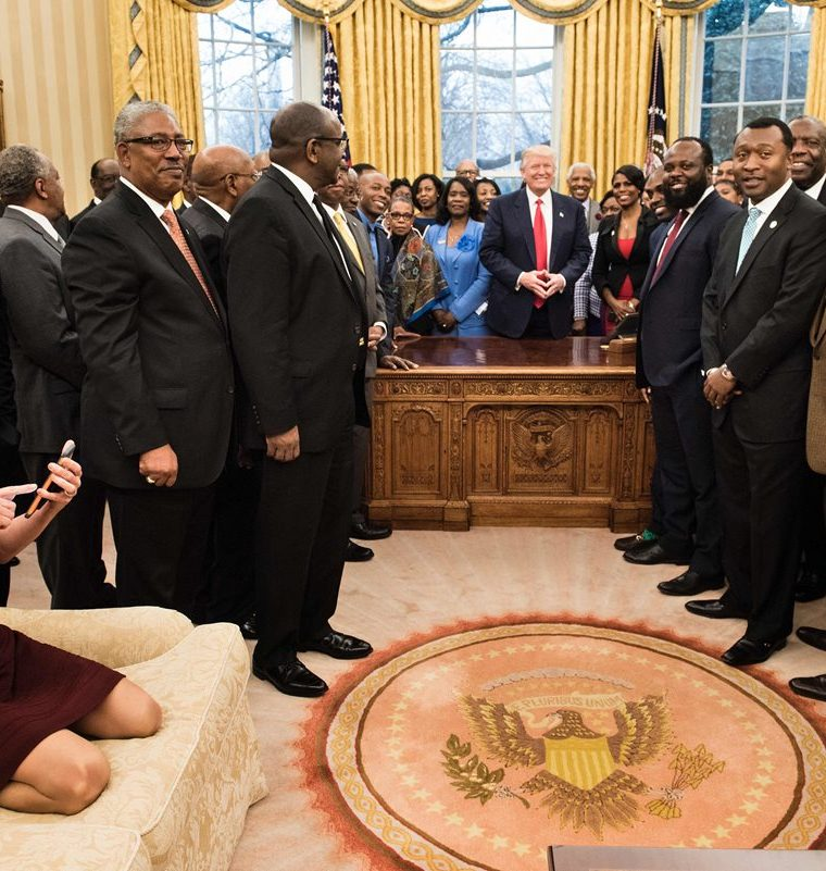 Conway recibió una oleada de críticas por su conducta informal en el Despacho Oval de la Casa Blanca de EE. UU. (Foto Prensa Libre: AFP).