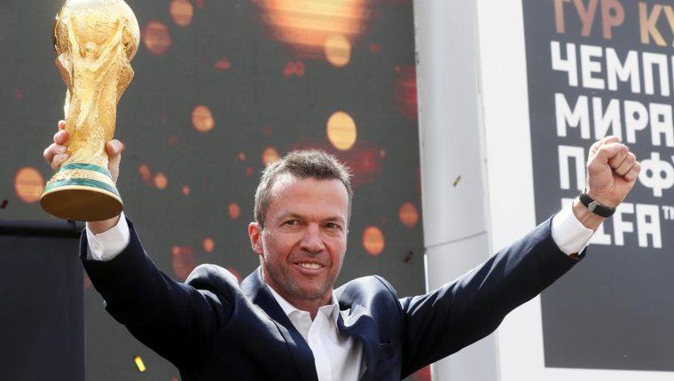 Lothar Matthaeus levantó en sus manos el trofeo del mundial para presentarla al público en el arribo a Moscú. (Foto Prensa Libre: EFE)