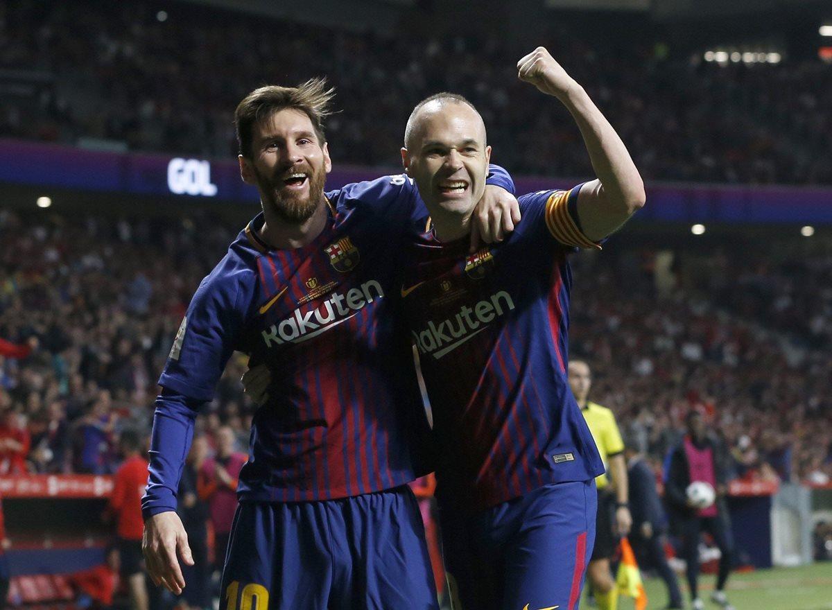 Lionel Messi y Andrés Iniesta, celebran tras el cuarto gol del partido convertido por Iniesta. (Foto Prensa Libre: EFE)