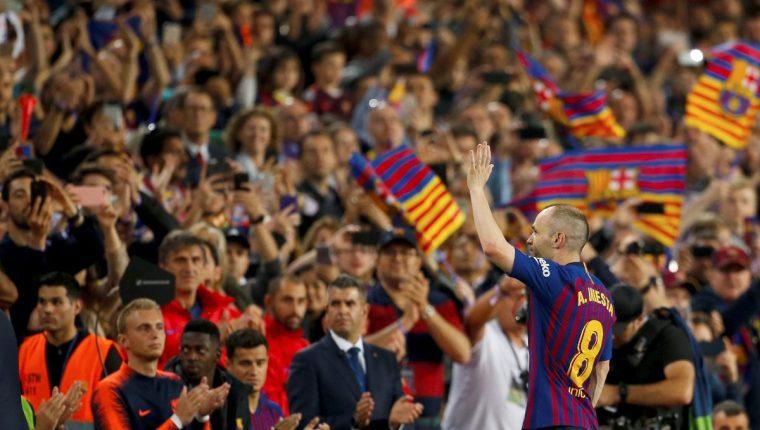 Iniesta se fue del Barcelona por la puerta grande luego de jugar casi toda su vida con la camisola azulgrana. (Foto Prensa Libre: EFE)