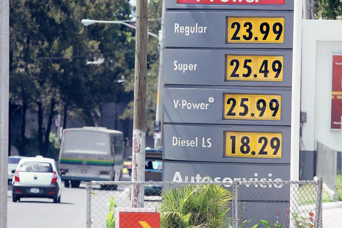 Precios de las gasolinas  disminuyeron entre Q0.75 centivos y Q1 quetzal por galón  hoy. (Foto Prensa Libre: Esbin Garcia).