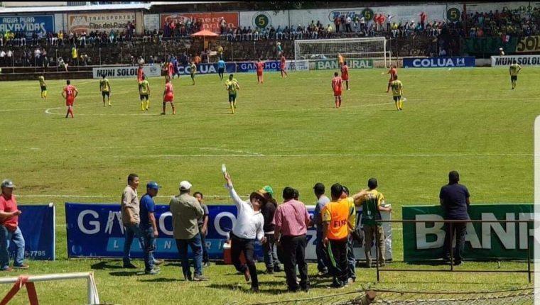 Andrés Iboy, alcalde Sololá, lanza una botella a los aficionados de Quiché FC. (Foto Prensa Libre: Héctor Cordero)