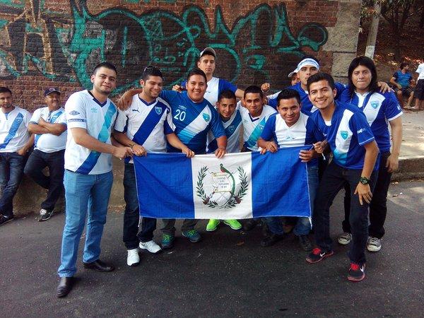 Aficionados arman la fiesta en las afueras del estadio Mateo Flores