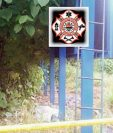 Cuerpo de hombre electrocutado se encuentra en las bases de valla con publicidad del PP, en Pajapita, San Marcos. (Prensa Libre: Alexánder Coyoy)