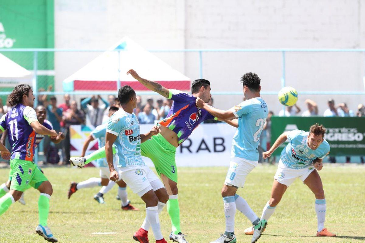 Antigua y Sanarate se quedaron con las ganas de celebrar goles este mediodía. (Foto Prensa Libre: Francisco Sánchez)