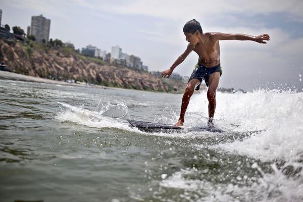 El ecosurf causa la sensación en las playas de Lima (Foto Prensa Libre: AFP)