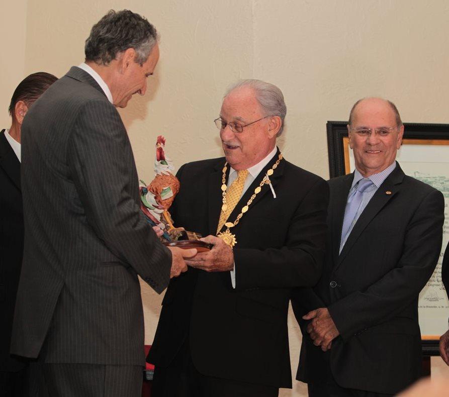 Ricardo Castillo Sinibaldi recibe condecoración de la Cervecería Centroamericana S.A.