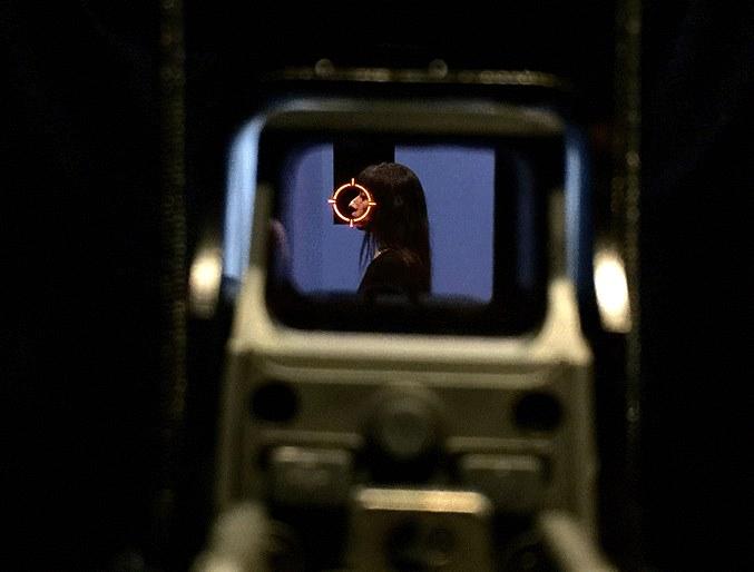 Los espectadores pueden tomar las armas para ver hacia dentro de la habitación. (Foto Prensa Libre: Facebook Regina José Galindo).