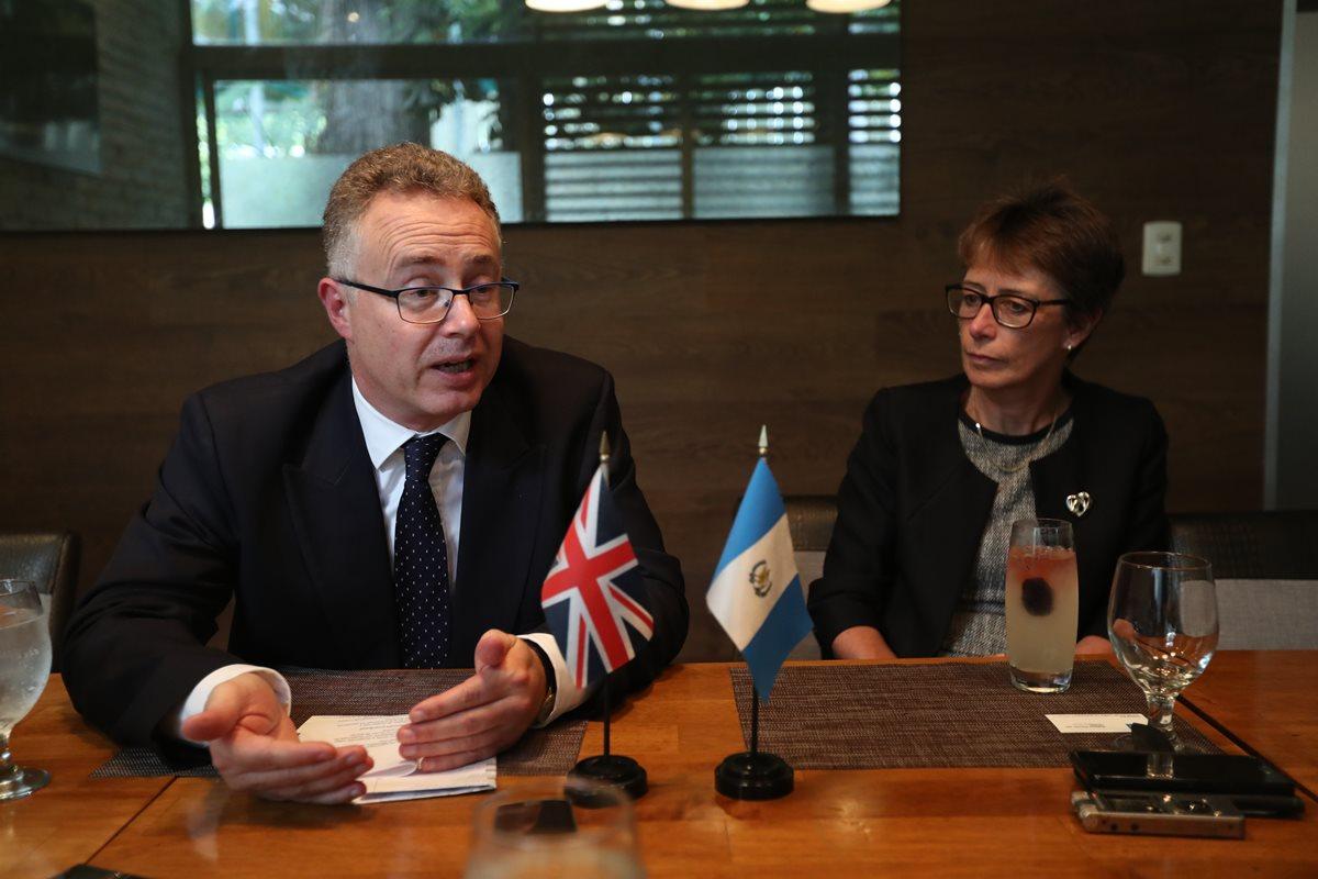 Nigel Baker, director del Departamento para América Latina de la FCO y Carolyn Davidson, embajadora del Reino Unido en Guatemala. (Foto Prensa Libre: Esbin García)