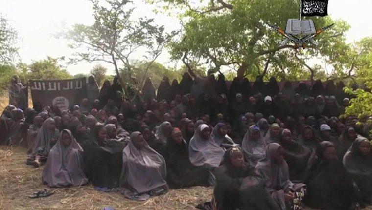 El 12 de mayo del 2014 Boko Haram difundió esta imagen de las niñas secuestradas. (Foto Prensa Libre: AP).