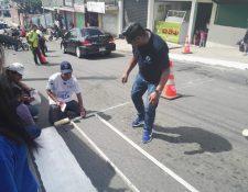 Jóvenes de Ciudad Peronia, Villa Nueva, pintan pasos peatonales en Ciudad Peronia, Villa Nueva, como parte del proyecto, Ponte a Raya. (Foto Prensa Libre: Cortesía Jóvenes Contra la Violencia)