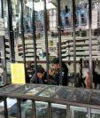 El MP y la PNC llevan a cabo un operativo en armerías ubicadas en la 12 avenida y 31 calle de la zona 5. (Foto Prensa Libre: Estuardo Paredes).