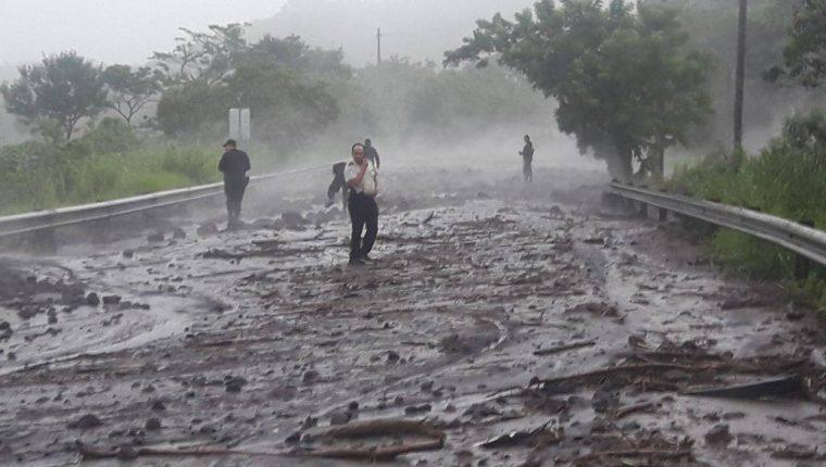 Un lahar cubre de material volcánico la RN 14. (Foto Prensa Libre: Hemeroteca PL)