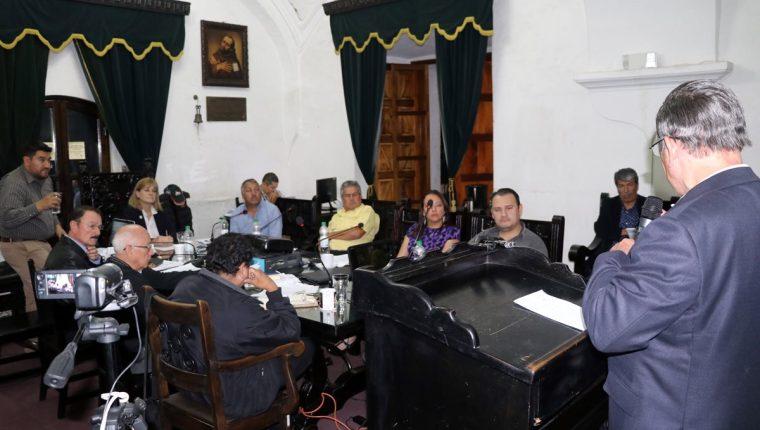 El consejo municipal antigueño, escucha al presidente del equipo colonial, Rafael Arriaga. (Foto Prensa Libre: Renato Melgar)