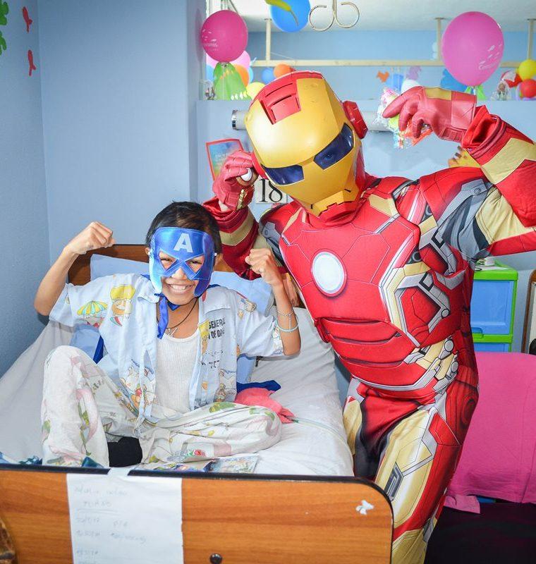 Iro Man saluda a uno de los niños que se recupera en el área de pediatría del Hospital San Juan de Dios. (Foto Prensa Libre: Silvia Aguilar)